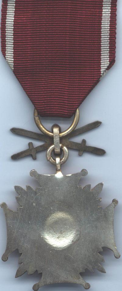 Реверс Серебряного Креста Заслуги с мечами.