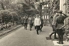 Сталин со свитой и охраной на даче.