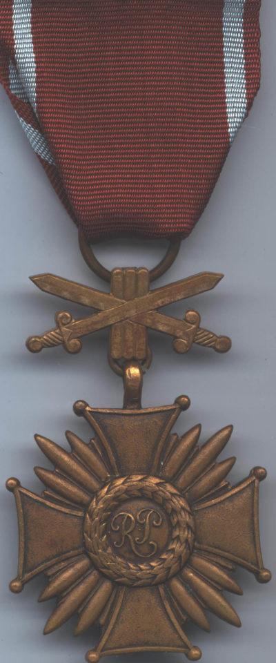 Аверс Бронзового Креста Заслуги с мечами.