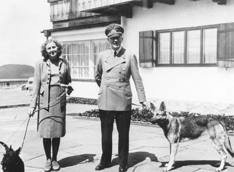 Адольф Гитлер и Ева Браун со своими собаками в «Бергхофе» на летней площадке.