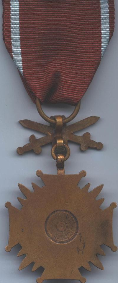 Реверс Бронзового Креста Заслуги с мечами.