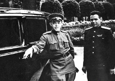 Водитель и охранник Сталина возле автомобиля «Паккард». Ялта 1945 г.