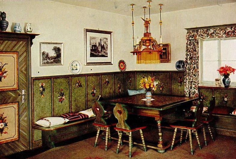 Одна из комнат резиденции. (Все цветные фотографии резиденции выполнены Евой Браун).