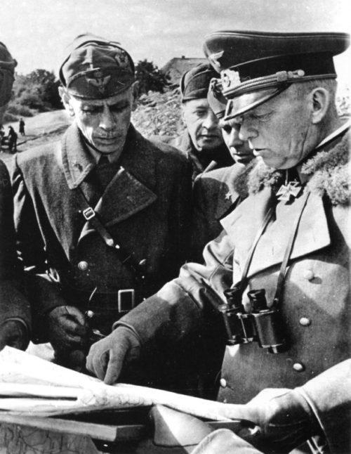 Эдвальд Клейст с итальянскими офицерами у карты. 1941 г.