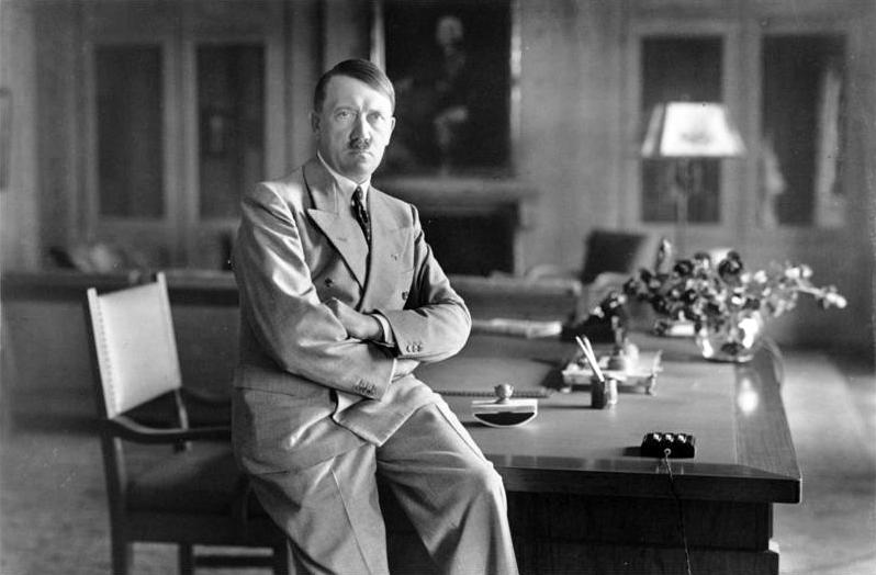 Гитлер в рабочем кабинете «Бергхофа».