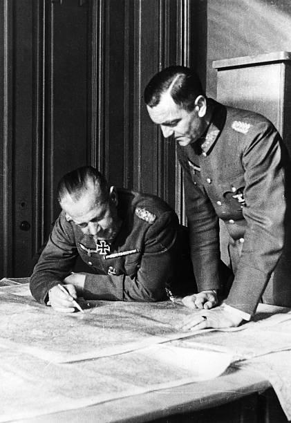 Фридрих Паулюс у карты. 1941 г.