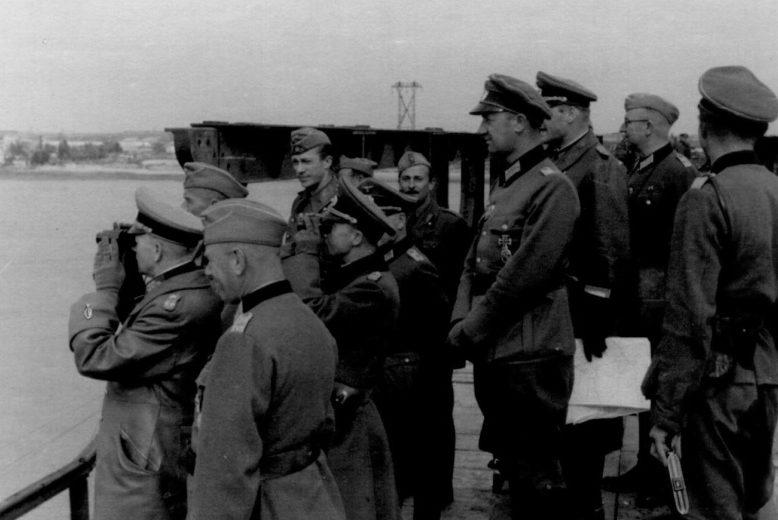 Эвальд Клейст на открытии переправы через Днепр в районе Днепропетровска.1941 г.