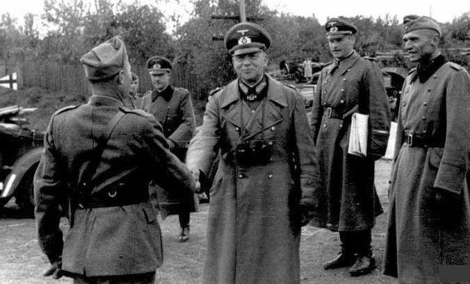 Эвальд Клейст приветствует итальянского генерала на открытии паромных перевозок по Днепру. 1941 г.