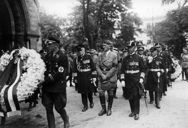 Эрих Редер и Адольф Гитлер на похоронах адмирала фон Шредера. 1933 г.