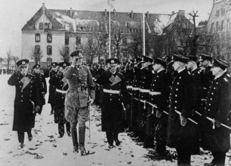 Эрих Редер и Вернер Бломберг у строя моряков. 1933 г.