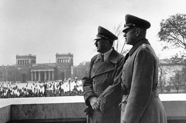 Вальтер Рейхенау и Адольф Гитлер. 1935 г.