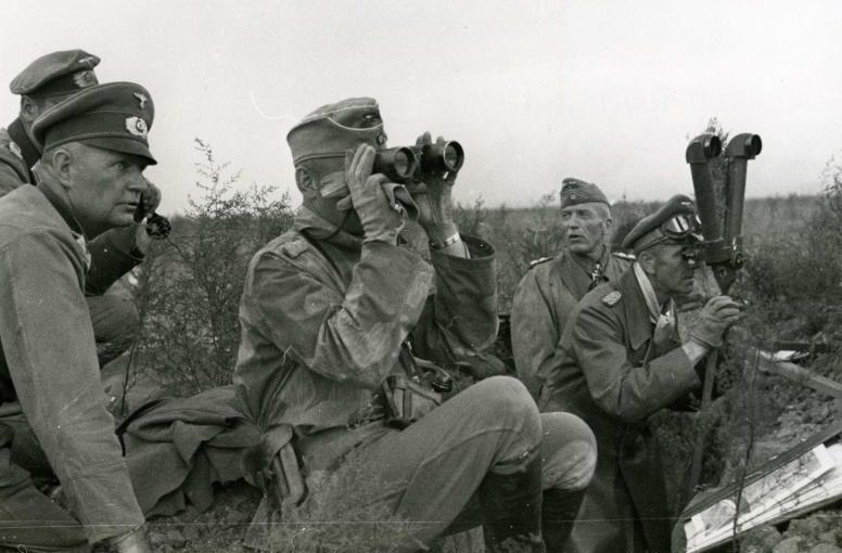 Фридрих Паулюс у стереотрубы в ходе боев под Сталинградом. 1942 г.