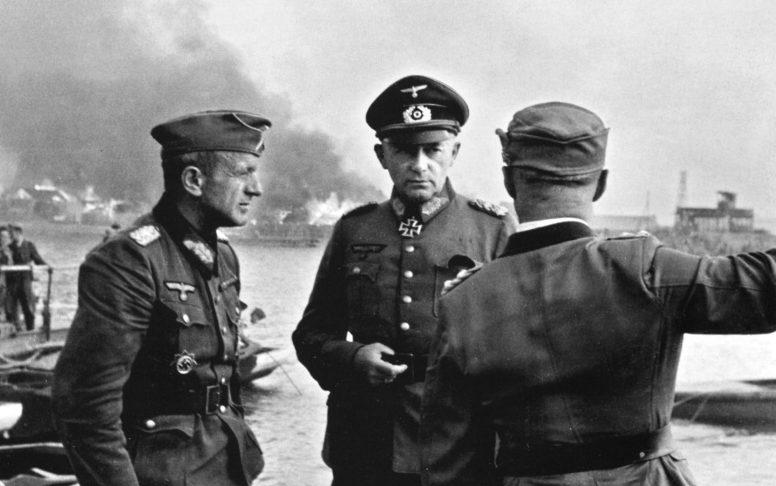 Эвальд Клейст и Рихард Руофф совещаются во время боев за Ростов. 1942 г.