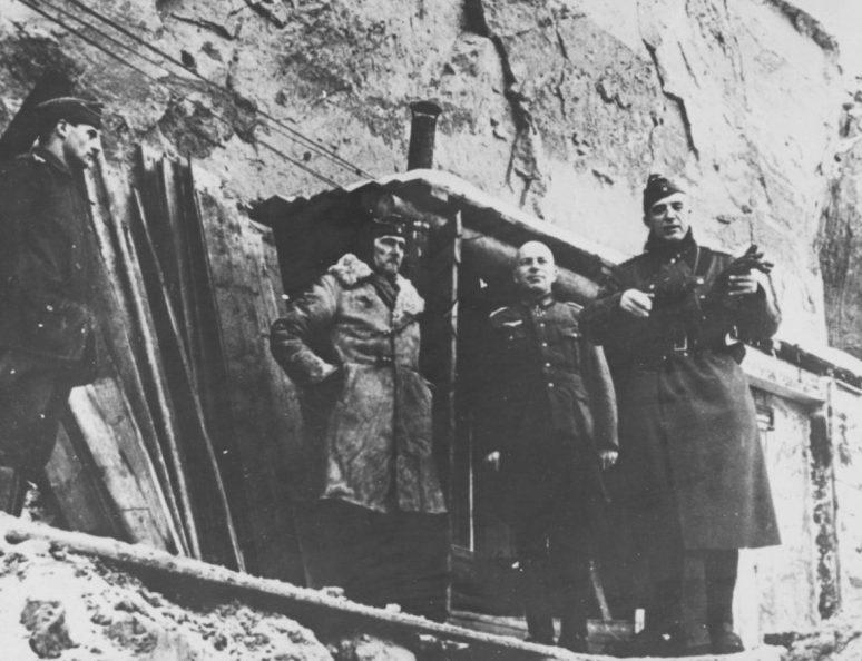 Фридрих Паулюс с офицерами на командном пункте под Сталинградом. 1942 г.