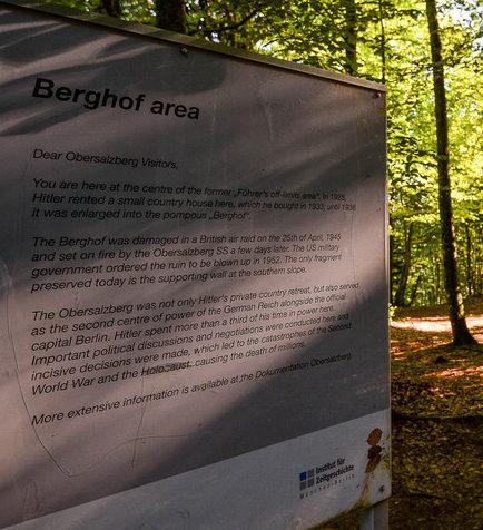 Информационный щит в лесу с указанием места нахождения резиденции «Бергхоф».
