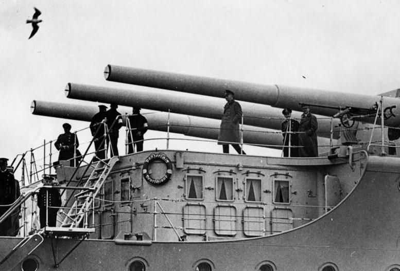 Эрих Редер, Адольф Гитлер и Вернер Бломберг на борту тяжелого крейсера «Германия». 1934 г.