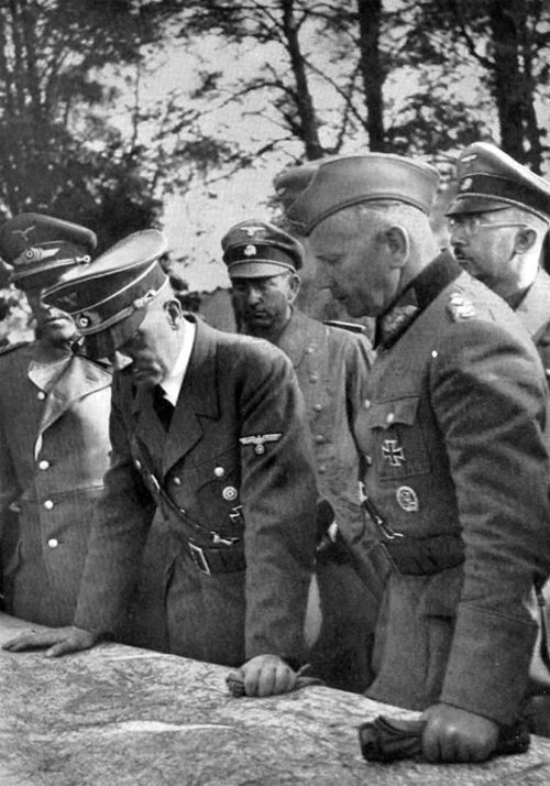Вальтер Рейхенау в свите Гитлера. Польша. 1939 г.