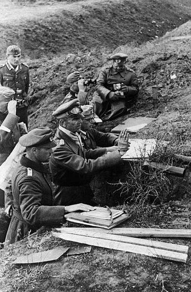 Фридрих Паулюс с офицерами на наблюдательном пункте под Сталинградом. 1942 г.