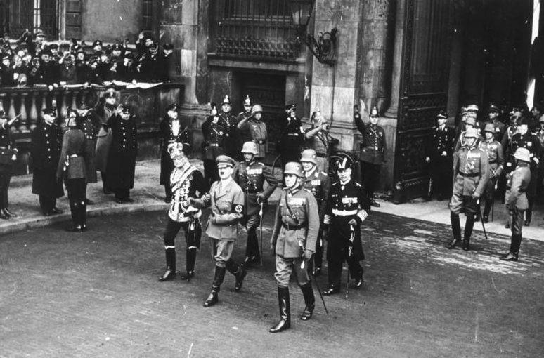 Эрих Редер в свите Гитлера на Дне памяти героев. Берлин. 1935 г.