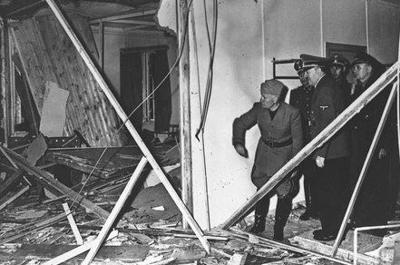 Гитлер показывает Муссолини место покушения.