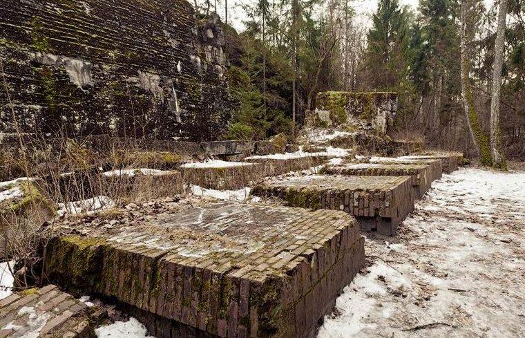 Остатки гостевого бункера. Его длина 45 м, ширина - 27 м, толщина перекрытия 6,5 м, полезная площадь - 85 кв. м.