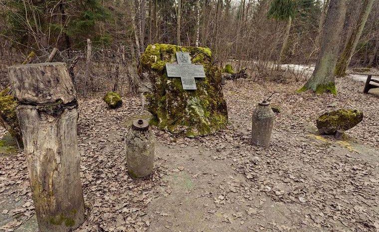 Памятник саперам, которые погибли при разминировании территории.