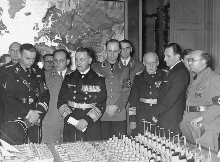 Эрих Редер на открытии института Немецкой морской мощи. Магдербург. 1938 г.