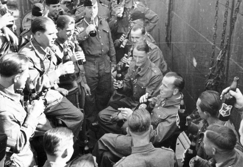 Отто Кпечмер с экипажем подлодки празднует награждение Рыцарским крестом. 1940 г.