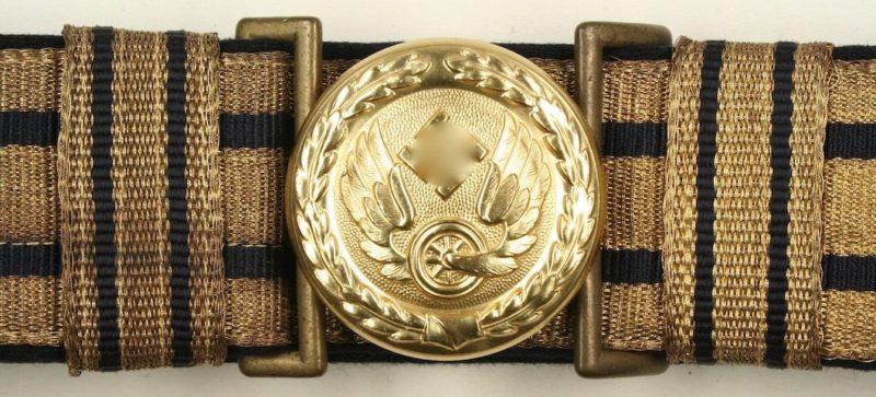 Парадный парчовый ремень и пряжка золотистого цвета офицера железнодорожника.