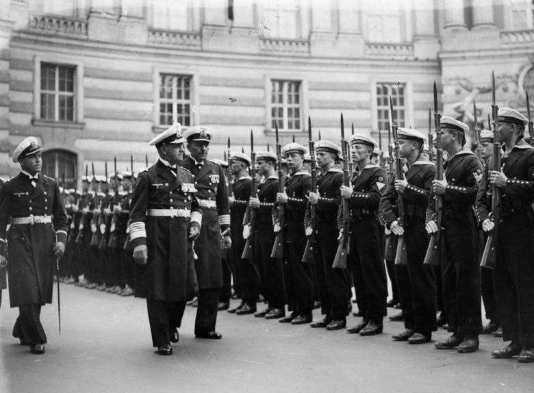 Эрих Редер у строя моряков Дунайской флотилии. Вена. 1938 г.
