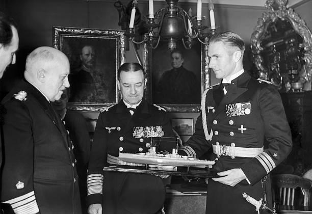 Эрих Редер и Адольф фон Трот с моделью корабля. 1938 г.