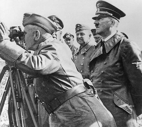 Вальтер Рейхенау и Адольф Гитлер в районе Вислы. 1939 г.