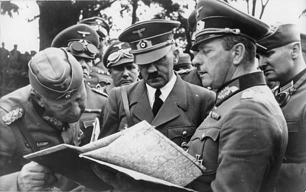Вальтер Рейхенау, Адольф Гитлер, Эрвин Роммель и Мартин Борман в штабе армий «Юг». 1939 г.
