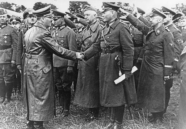 Вальтер Рейхенау в свите Адольфа Гитлера в штабе армий «Юг». 1939 г.
