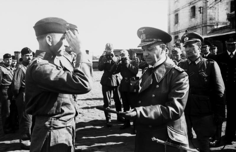 Эрих Редер награждает экипаж U-99. Франция. 1940 г.
