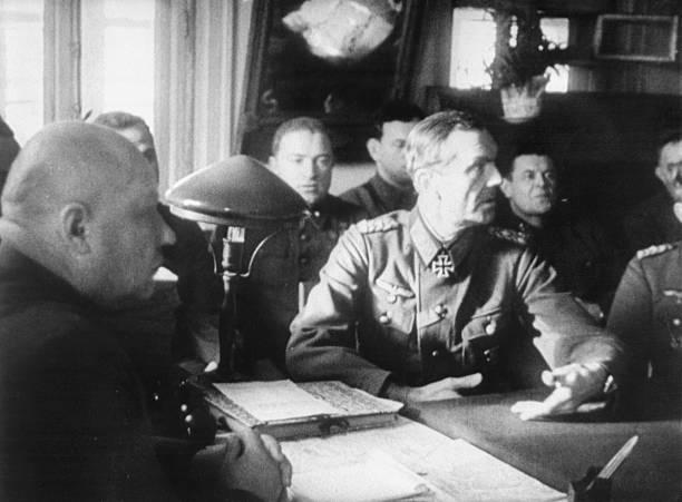 Фридрих Паулюс на допросе в штабе 64-ой армии в Бекетовке. 1943 г.