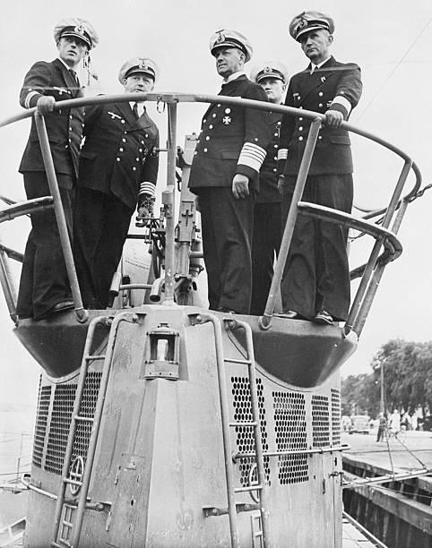 Эрих Редер с офицерами на рубке подлодки. 1939 г.