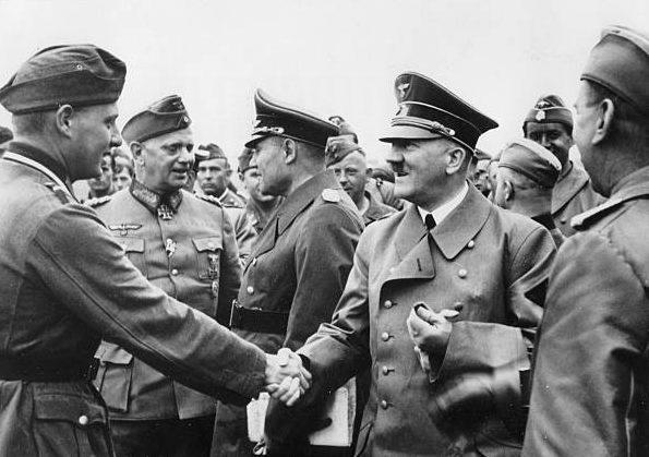 Вальтер Рейхенау и Адольф Гитлер. 1940 г.
