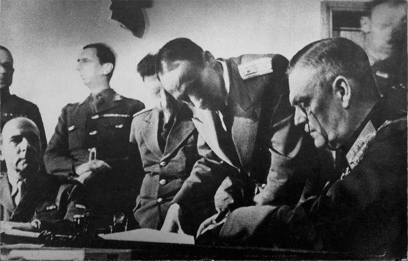 Вильгельм Кейтель подписывает Акт о безоговорочной капитуляции Германии. 1945 г.