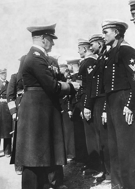 Эрих Редер приветствует экипаж тяжелого крейсера «Германия». 1939 г.