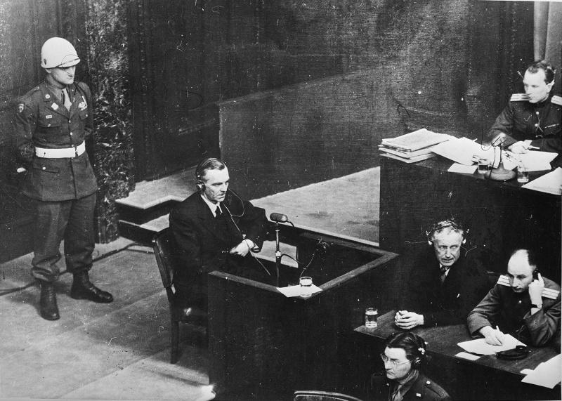 Фридрих Паулюс выступает на Нюрнбергском процессе. 1946 г.