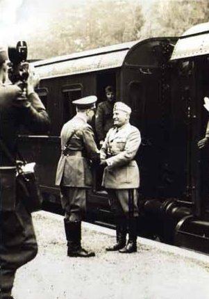 Встреча Адольфа Гитлера и Бенито Муссолини возле ангара. 27 августа 1941 года.