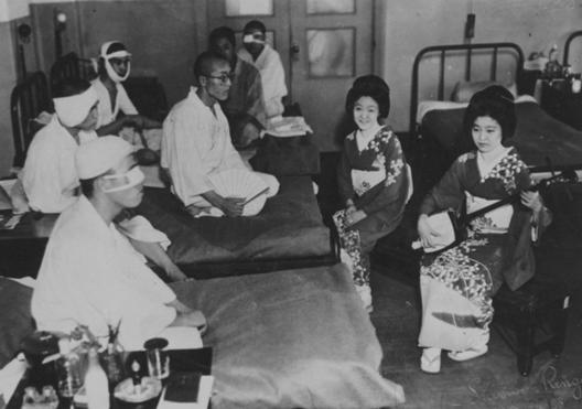 Девушки в палате раненных. 1942 г.