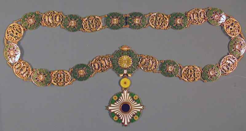 Знак Ордена Хризантемы с цепью.