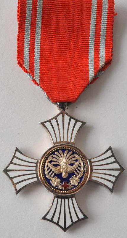 Аверс и реверс Серебряного ордена Заслуг Красного Креста на колодке.