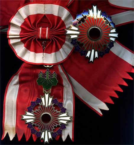Орден Восходящего солнца с цветами павлонии на Большой ленте со звездой.