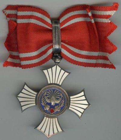 Серебряный орден Заслуг Красного Креста с бантом.