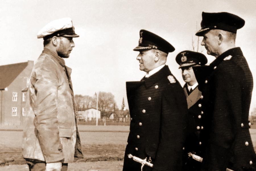 Командир подлодки «U-29» капитан-лейтенант Отто Шухарт по возвращении из первого похода докладывает Эриху Редеру и Карлу Дёницу о потоплении британского авианосца «Корейджес». Вильгельмсхафен. 26 сентября 1939 г.