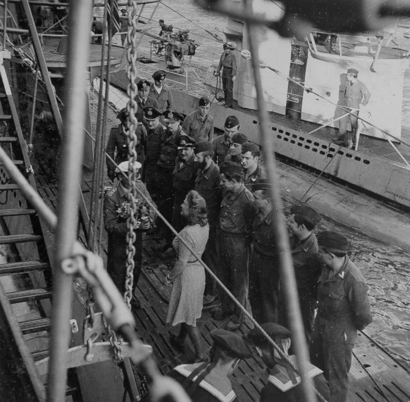Девушка дарит цветы командиру подлодки «U-251» Генриху Тимму в гавани Нарвика. Июль 1942 г.