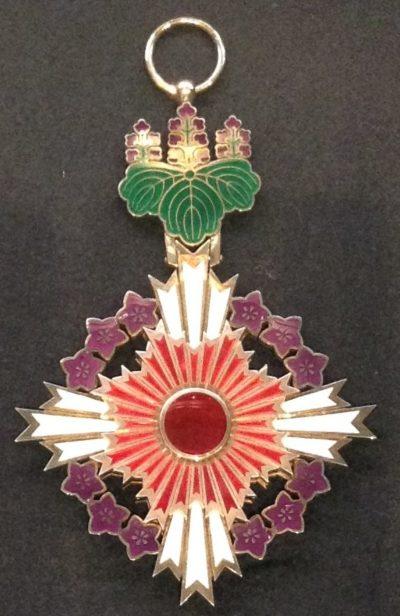Знак Ордена Восходящего солнца с цветами павлонии.